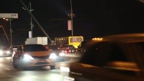 Tráfego rodoviário na ponte na noite video estoque