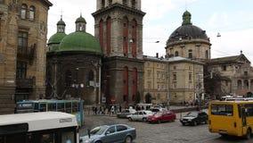 Tráfego rodoviário perto da igreja de Dormition ou de suposição em Lviv, Ucrânia ocidental video estoque