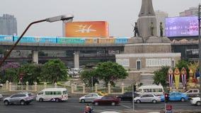 Tráfego rodoviário perto de Victory Monument em Banguecoque, Tailândia video estoque