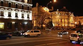 Tráfego rodoviário perto do teatro da ópera em Kiev, Ucrânia filme