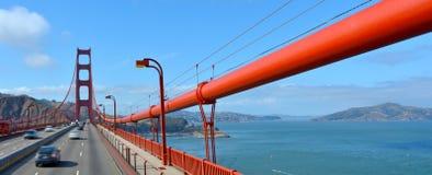 Tráfego sobre golden gate bridge em San Francisco, CA Fotos de Stock