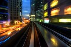 Tráfego urbano da noite fotografia de stock royalty free