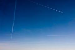 Tráfico aéreo Estelas de vapor de los aviones sobre París, Europa Fotos de archivo