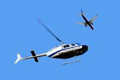 Tráfico aéreo - helicóptero y aeroplano imagenes de archivo