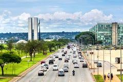 Tráfico al lado del edificio del congreso nacional en Brasilia, el Brasil Imágenes de archivo libres de regalías