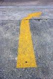 Tráfico amarillo de la flecha en el camino Imagen de archivo libre de regalías