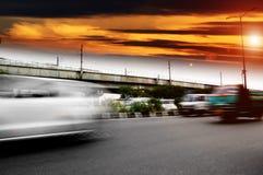 Tráfico bajo cloudscape durante puesta del sol fotografía de archivo
