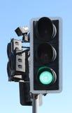 Tráfico BRITÁNICO verde claro en el paso de peatones Fotos de archivo