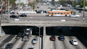 Tráfico céntrico de Los Ángeles - cambio inclinable - enfoque almacen de video