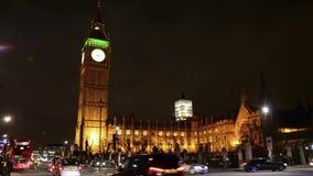 Tráfico cerca de Ben Tower grande en Londres almacen de metraje de vídeo