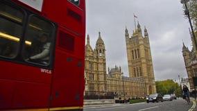 Tráfico cerca de Big Ben y de la casa del parlamento