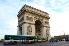 Tráfico cerca del arco de Triumph, París Foto de archivo