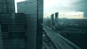 Tráfico congestionado de la carretera en centro de ciudad cerca de rascacielos modernos fotografía de archivo libre de regalías
