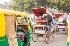 Tráfico congestionado de la mañana en una calle en la India foto de archivo