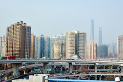 Tráfico contra el paisaje urbano de Shangai - China imágenes de archivo libres de regalías