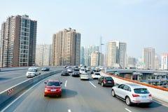 Tráfico contra el paisaje urbano de Shangai en China fotos de archivo