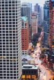 Tráfico de alto nivel de Chicago de la visión en la noche foto de archivo libre de regalías