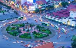 Tráfico de Asia, cruce giratorio, mercado de Ben Thanh Imagenes de archivo