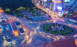 Tráfico de Asia, cruce giratorio, parada de autobús de Ben Thanh Imagen de archivo