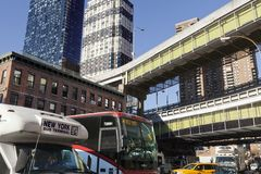 Tráfico de autobús de NYC por la estación de autobúses de Port Authority Imagen de archivo libre de regalías