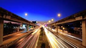 Tráfico de autopista en la hora azul almacen de metraje de vídeo