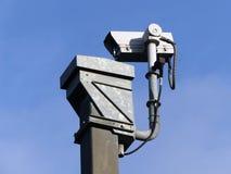 Tr?fico de autopista de la supervisi?n de la c?mara de vigilancia en el M25 foto de archivo