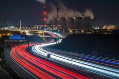 Tráfico de autopista ocupado que pasa una central eléctrica en Inglaterra imagen de archivo libre de regalías