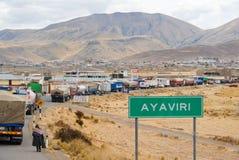 Tráfico de camión a lo largo del camino - Ayaviri, Perú Imágenes de archivo libres de regalías