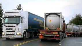 Tráfico de camión ocupado de remolque Foto de archivo