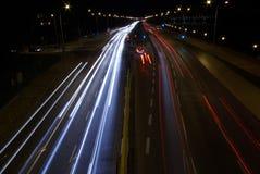 Tráfico de camino en la noche Imágenes de archivo libres de regalías