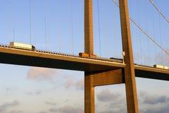 Tráfico de carro de la puesta del sol en el puente Imagen de archivo