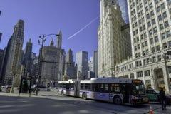 Tráfico de Chicago, autobús en el edificio delantero del wringley fotos de archivo