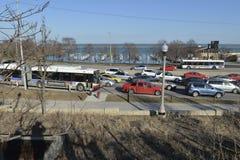 Tráfico de Chicago en un freway en la orilla del lago imagenes de archivo