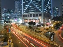 Tráfico de ciudad asombroso en la noche Foto de archivo