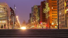 Tráfico de ciudad céntrico en ciudad moderna metrajes