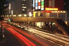 Tráfico de ciudad de la noche imagen de archivo