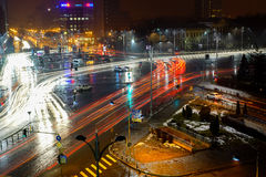 Tráfico de ciudad de la noche en Bucarest Fotografía de archivo