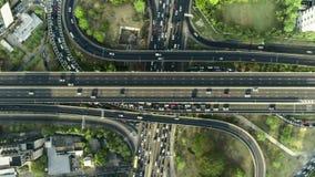 Tráfico de ciudad del timelapse de Hyperlapse en cruce giratorio del círculo de la intersección de la calle de la parada de 4 man almacen de video