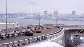 Tráfico de ciudad durante las nevadas en el puente, riesgo del invierno de accidente almacen de metraje de vídeo