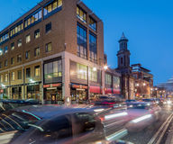 Tráfico de ciudad en la calle amplia, Birmingham, en la oscuridad Fotografía de archivo libre de regalías