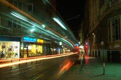 Tráfico de ciudad en la noche Foto de archivo libre de regalías