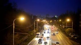 Tráfico de ciudad en Rostov-On-Don con la iluminación en la noche almacen de metraje de vídeo
