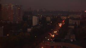 Tráfico de ciudad de la noche en puesta del sol almacen de metraje de vídeo