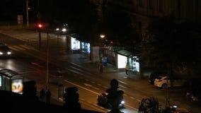 Tráfico de ciudad de la noche en la ciudad de Zagreb, opinión sobre parada de autobús y coches móviles, paisaje urbano almacen de metraje de vídeo