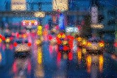 Tráfico de coche debajo de la lluvia Imagen de archivo