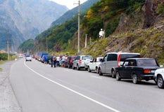Tráfico de coche difícil en la frontera de Rusia con Georgia Fotos de archivo