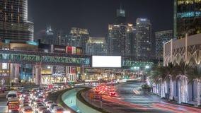 Tráfico de coche en el camino cerca de la alameda en la noche en timelapse céntrico metrajes