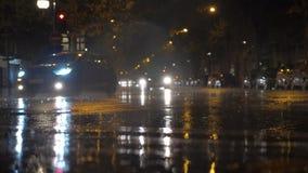 Tráfico de coche en el camino mojado en la noche lluviosa, París metrajes
