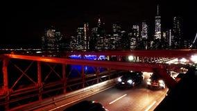 Tráfico de coche en el puente de Brooklyn en Nueva York - los E.E.U.U. almacen de video