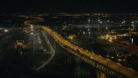 Tráfico de coche en el puente de la carretera con la iluminación brillante en infraestructura urbana almacen de video
